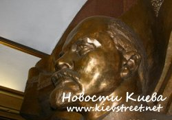 Побили Ленина на метро Театральная