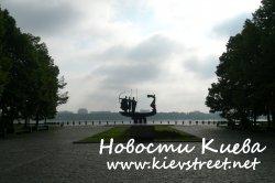 Памятник основателям Киева обрушился