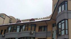 На Оболони местный житель самовольно разобрал крышу многоквартирного дома
