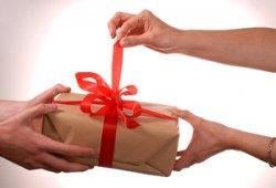 Подарки супругам: кольцо с крупным бриллиантом – отличный подарок жене