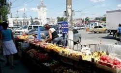 Столичные власти остерегают потребителей покупать еду на стихийных рынках