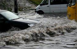 Дождь в Киеве уже который день в подряд парализует движение автомобилей