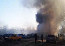 Возле гаражного кооператива на Троещине загорелась свалка с автопластиком